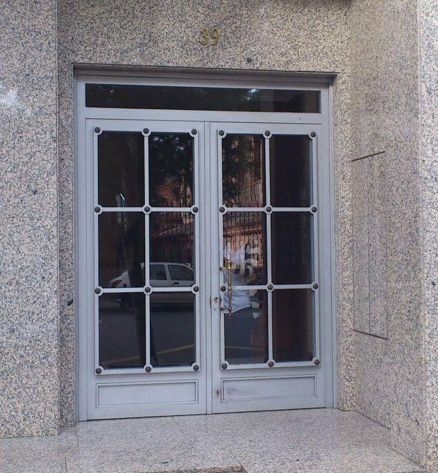 Morell n s l puertas de comunidades trabajos a medida for Modelos de puertas de hierro con vidrio